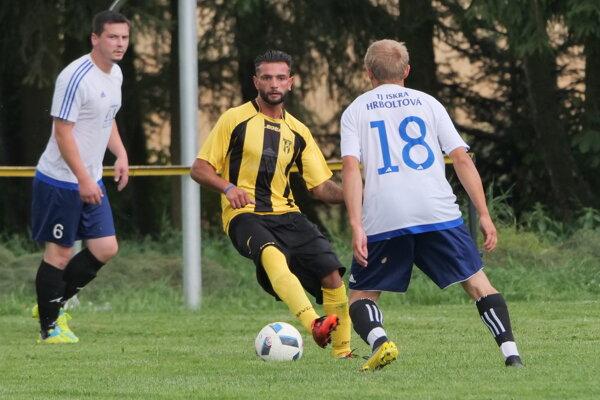 Futbalista z Jamníka v žltom drese.