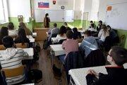 Študentky 1.A triedy Gymnázia v Sobranciach počas vyučovania v pondelok 26. apríla 2021.