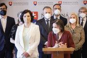Ministerka spravodlivosti Mária Kolíková a klub Za ľudí počas pondelňajšej tlačovej konferencie.