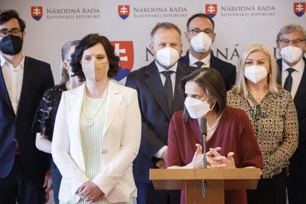 Klub Za ľudí, v popredí Remišová a Kolíková.