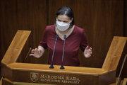 Ministerka spravodlivosti Mária Kolíková počas mimoriadnej schôdze parlamentu.