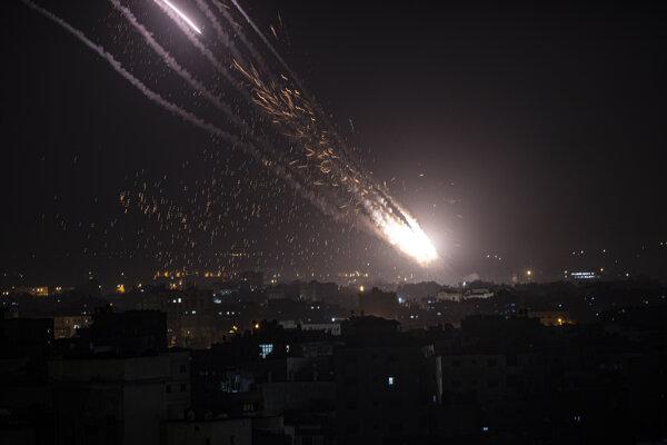 Raketa smerujúca z Gazy na Izrael.