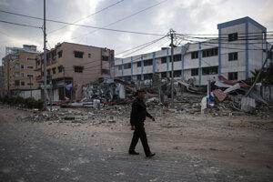 Trosky budovy Hamasu, ktorú zasiahli izraelské raketové útoky v Gaze.