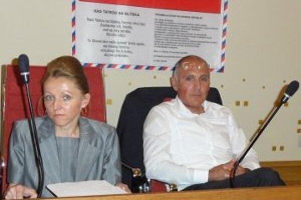 Odchádzajúci riaditeľ župného úradu Peter Nagy s právničkou župy počas rokovania krajského parlamentu.