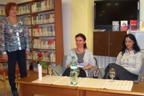Beseda v Krajskej knižnici Karola Kmeťka - zľava riaditeľka Monika Lobodášová, spisovateľka Denisa Fulmeková a redaktorka moderátorka Zuzana Belková.