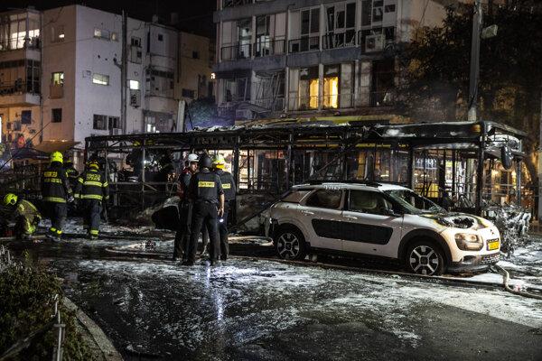 Škody po raketovom útoku v izraelskom meste Holon.