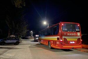 K dispozícii bol aj evakuačný autobus hasičov.