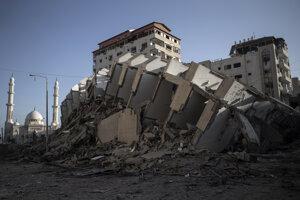 Poškodená budova v Gaza City.