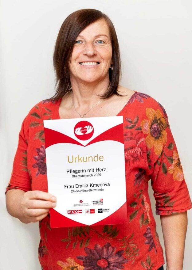 Emília Kmecová s ocenením Opatrovateľka so srdcom za rok 2020.