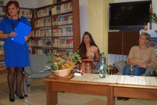 Slávku Koleničovú (vpravo) predstavili riaditeľka krajskej knižnice Monika Lobodášová (vľavo) a pracovníčka knižnice Kristína Karabínošová.