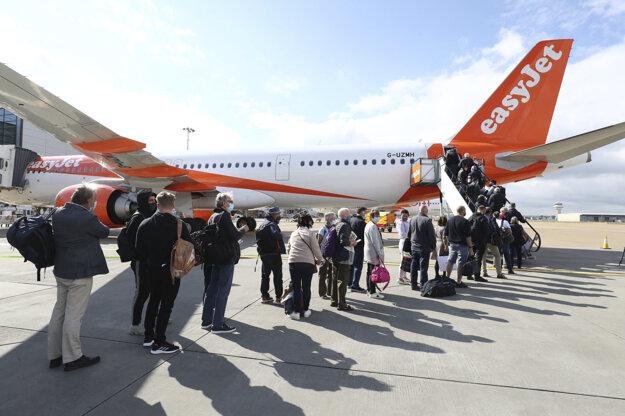 Cestujúci sa pripravujú na let smerujúci do portugalského mesta Faro z letiska Gatwick južne od Londýna.
