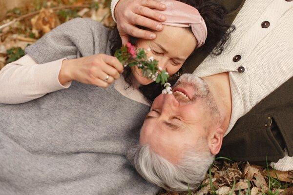 """Vedci tvrdia, že starší dospelí, ktorí sa """"cítia mladšie"""", majú zvyčajne lepšie zdravie a žijú dlhšie."""