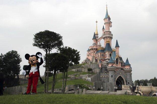Na archívnej snímke z 8. júna 2018 osoba oblečená v kostýme Mickey Mousa pózuje v Disneylande v Paríži.