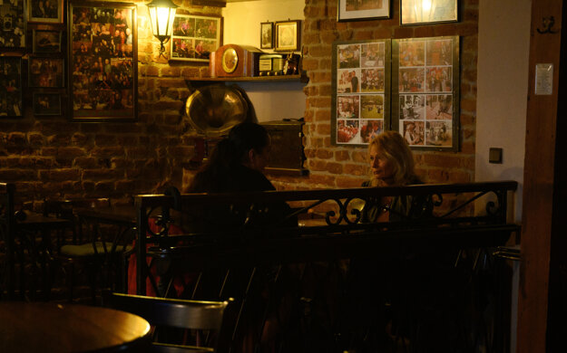 Zákazníci v kaviarni v Nitre.
