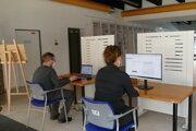 Stacionárni asistenti počas asistovaného sčítania obyvateľstva na vytvorenom kontaktonom mieste v Krajskej knižnici v Žiline.