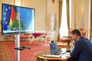 Predseda vlády SR Eduard Heger (vpravo) počas videokonferencie s nemeckou kancelárkou Angelou Merkelovou.