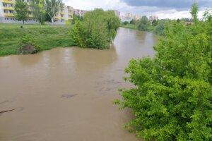 Rieka Nitra v Nových Zámkoch v utorok napoludnie.