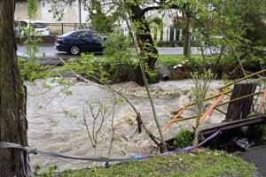 Zničená lávka nad potokom Olšavka po lokálnej povodni v obci Davidov.