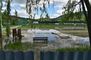 Zaplavované ihrisko vo Finticiach.
