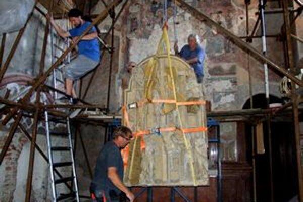 Tento týždeň zložili z oltára hlavný reliéf, ktorý váži 1200 kíl.