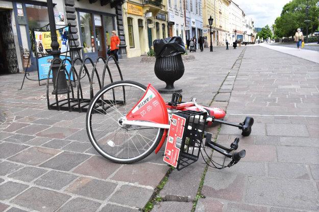 Ekologická zdieľaná doprava zároveň tvorí smog v uliciach Košíc. Na vine sú nedôslední užívatelia.