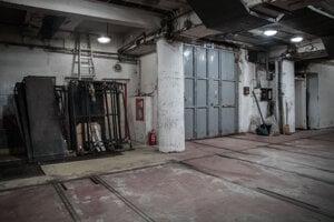 Priestory skladov v historickej budove SND, kam sa pred predstavením vozia kulisy. Pohľad na dvere nákladného výťahu, ktorý nefunguje.