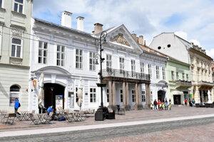 Čákiho-Dezőfiho palác na rohu Hlavnej a Poštovej.