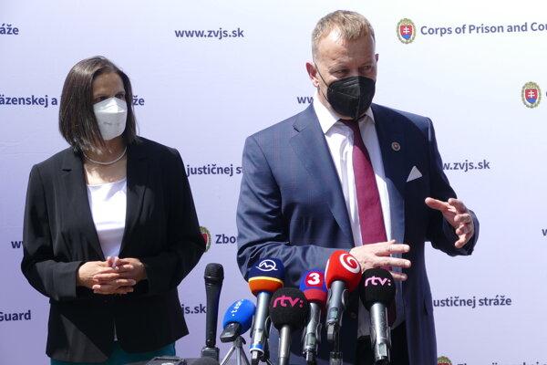 Na snímke vľavo ministerka spravodlivosti SR Mária Kolíková a predseda NR SR Boris Kollár počas brífingu po návšteve Ústavu na výkon väzby a Ústavu na výkon trestu odňatia slobody v Žiline 21. mája 2021.