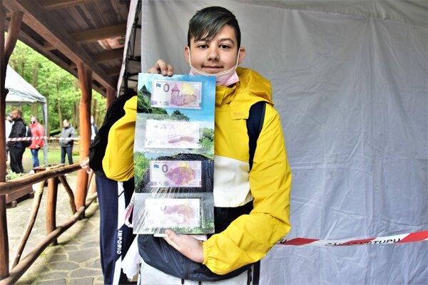Dominikovi Molnárovi sa podaril vzácny úlovok,. V rukách drží tzv. folder s nulovými bankovkami s poradovým číslom 001.