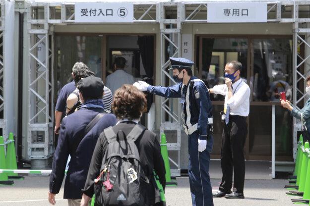 Rad záujemcov o očkovanie v Tokiu.
