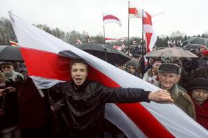 Bieloruský aktivista Pratasevič na proteste proti Lukašenkovej vláde.