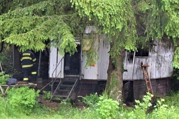 Zásah hasičov pri požiari maringotky.