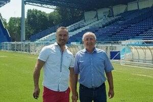 FC ViOn bude možno čerpať aj z rád šéftrávnikára z Ferrary. Takto Juraj Koprda a Viliam Ondrejka pózovali na ihrisku tamojšieho SPAL-u.