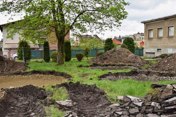 Dažďová záhrada v Brezne má pomôcť regulovať miestnu mikroklímu.