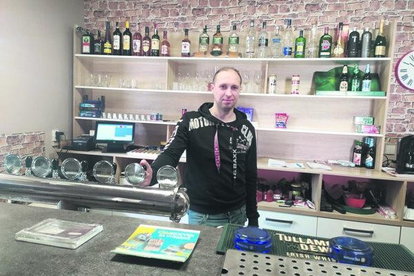 Tomáš Šámšon prevádzkuje piváreň už 10 rokov. Našťastie, cez pandémiu mu pomáha aj obchod skvetinami avčelárstvo.