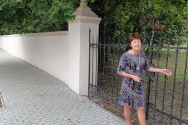 """""""Opravy sme začali rekonštrukciou parkového múru, pretože ak by sme s ním nič neurobili, spadne nám, v takom bol zlom stave,"""" hovorí Marta Danková, starostka Novej Vsi nad Žitavou."""