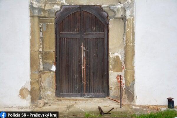 Páchatelia sa snažili dostať do kostola.