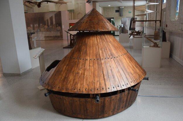 Leonardo vymyslel drevené bojové vozidlo poháňané 8 ľuďmi.  Vo svojom projekte spravil úmyselnú chybu aby stroj nemohol fungovať správne.