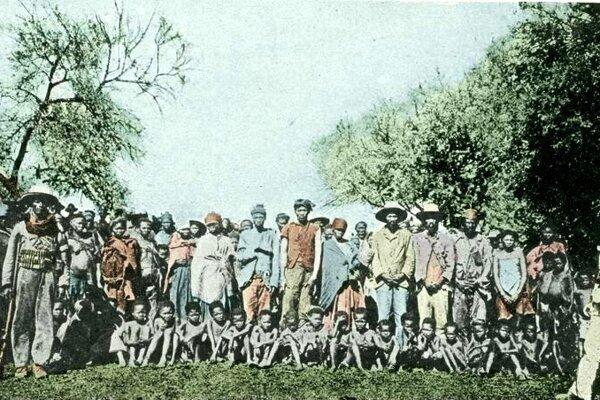 Zajatci z kmeňa Herero, kolorovaná fotografia (okolo roku 1900)