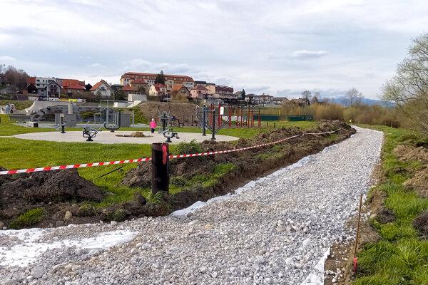 Začiatok výstavby chodníka začiatkom mája.