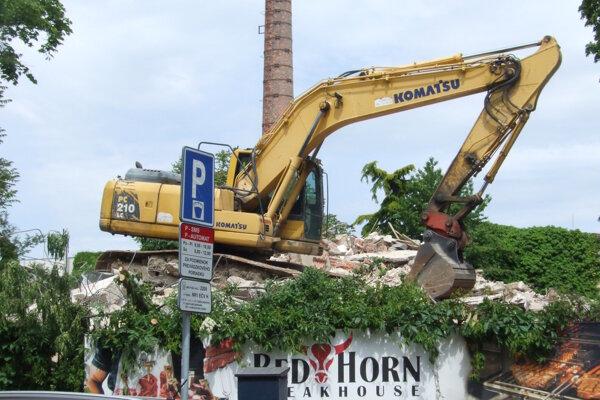 Bývalá vila, aktuálny stav. Stavebný úrad zastavil práce na odstraňovaní stavby.