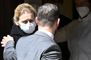 Na snímke zľava bývalá štátna tajomníčka Monika J. vychádza spolu so svojím obhajcom Petrom Erdösom z Nemocnice pre obvinených a odsúdených v Trenčíne, 26. mája 2021.