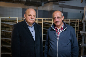Entomológ Milan Kozánek (vpravo) a zoológ Peter Takáč chov tse-tse múch na Slvoenskej akadémii vied zakladali pred takmer 20 rokmi.