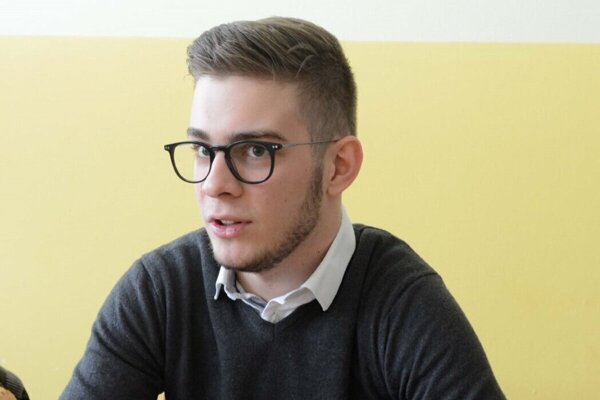 Za miestneho poslanca bol Tomčo zvolený ešte pred maturitou.