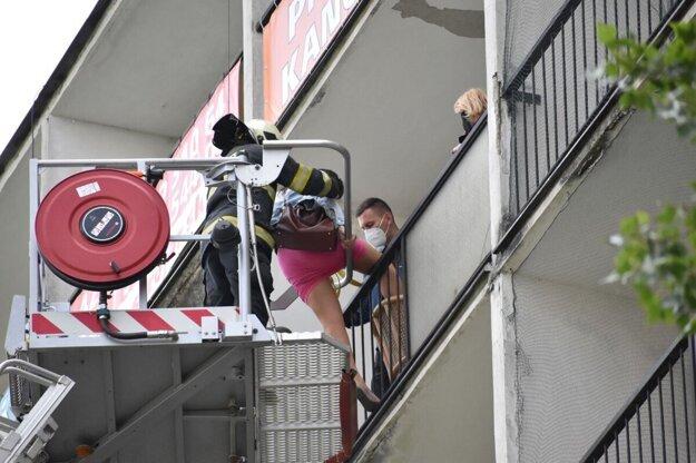 Ženu zachraňovali hasiči zo siedmeho poschodia.