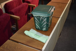 Košík s kompostovateľným vreckom.