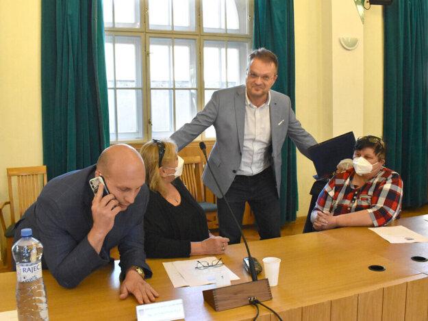 Petrovčik prišiel dobre naladený, niekoľkokrát prerušil rokovanie, nakoniec poslanci schválili konanie voči nemu.