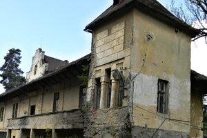 Kaštieľ v Krásnom Brode mal kedysi fasádu na spôsob romantického francúzskeho vodného kaštieľa.