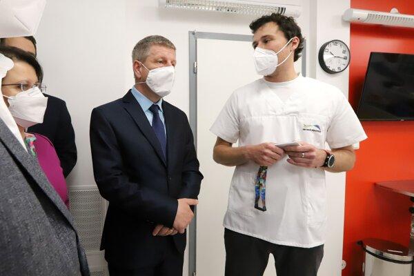 Minister zdravotníctva Vladimír Lengvarský a primár Detskej fakultnej nemocnice s poliklinikou v Banskej Bystrici Milan Galko počas prehliadky Detského urgentného príjmu.