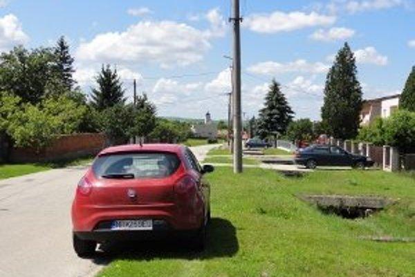 Autá v Podhoranoch nemôžu stáť len tak na ceste, mali by zatiahnúť k domom.